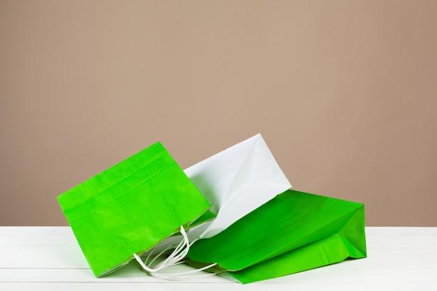 Arranjo de sacolas de compras em bege