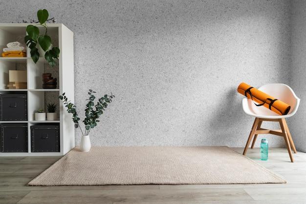 Arranjo de sala de estar com tapete de ioga