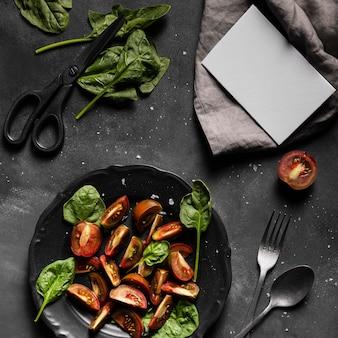 Arranjo de salada e cópia do cartão de espaço