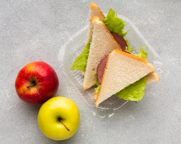 Arranjo de sanduíches e maçãs com vista de cima
