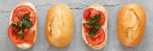 Arranjo de sanduíches frescos em fundo de cimento