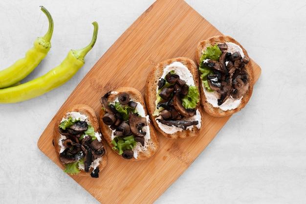 Arranjo de sanduíches frescos plana leigos no fundo branco
