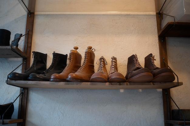 Arranjo de sapatos na prateleira