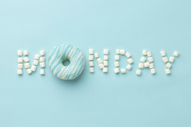 Arranjo de segunda-feira azul com donut