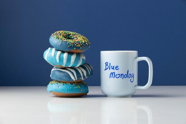 Arranjo de segunda-feira azul com rosquinhas