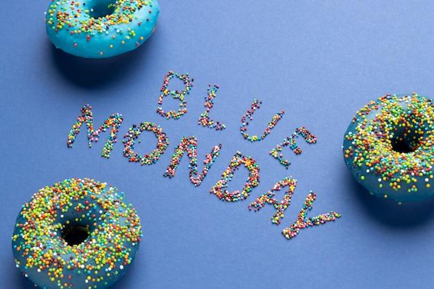 Arranjo de segunda-feira azul de ângulo alto com rosquinhas