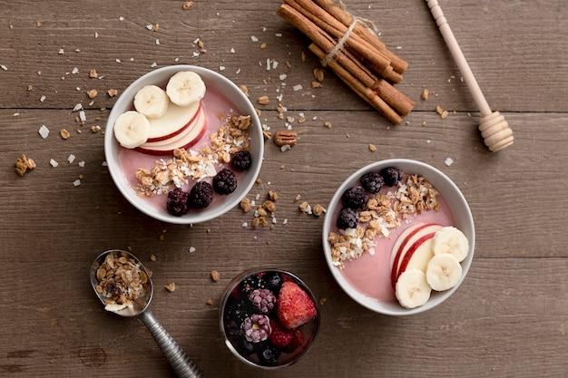 Arranjo de smoothies de frutas na mesa de madeira