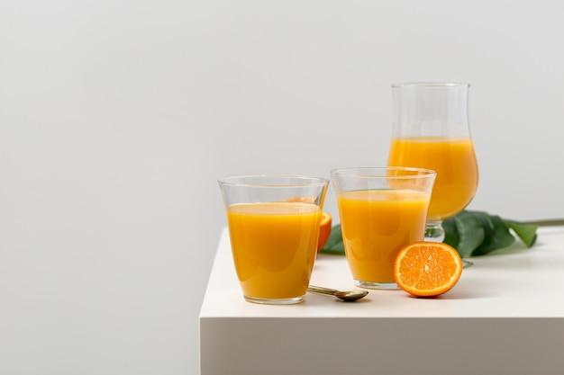 Arranjo de smoothies de laranja deliciosa vista frontal
