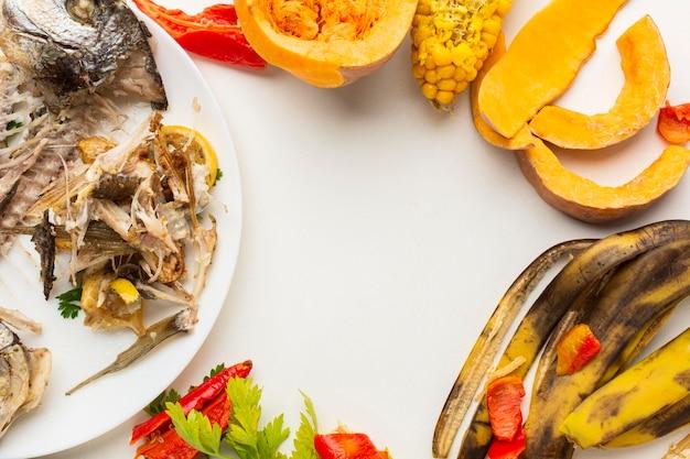 Arranjo de sobras de comida e pratos desperdiçados