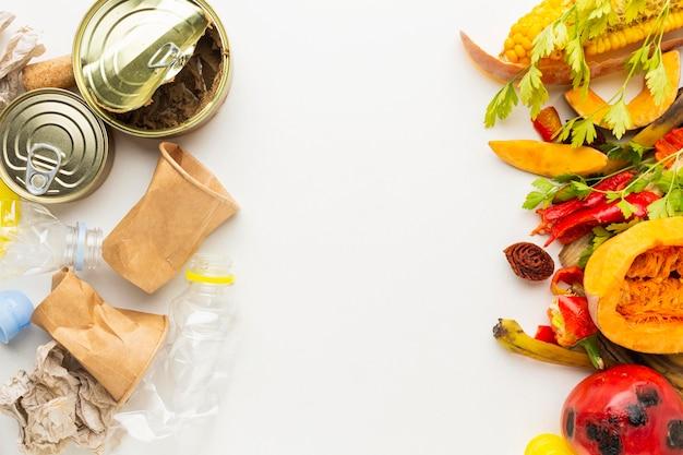 Arranjo de sobras de latas de comida e vegetais desperdiçados