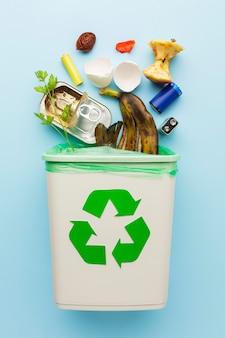 Arranjo de sobras de lixo reciclável de alimentos