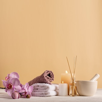 Arranjo de spa com toalhas e flores