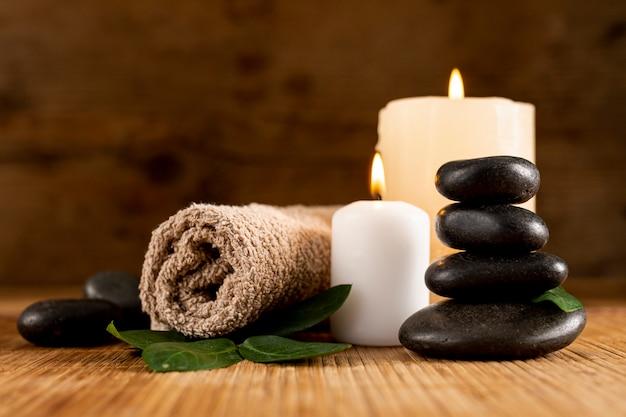 Arranjo de spa com velas e toalha
