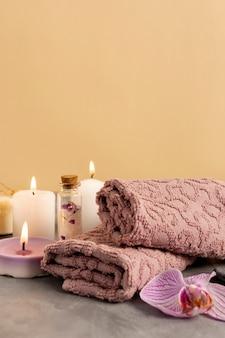 Arranjo de spa com velas perfumadas