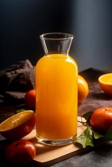 Arranjo de suco de laranja delicioso em garrafa