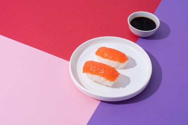 Arranjo de sushi e molho de soja de alto ângulo