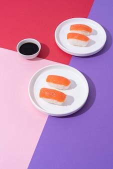 Arranjo de sushi e molho de soja em ângulo alto