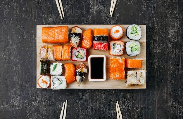 Arranjo de sushi japonês tradicional