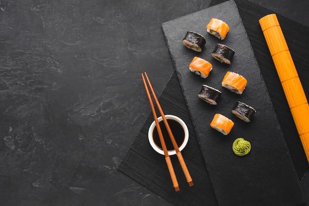 Arranjo de sushi plano leigos com espaço de cópia