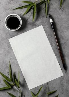 Arranjo de tinta da china com cartão vazio