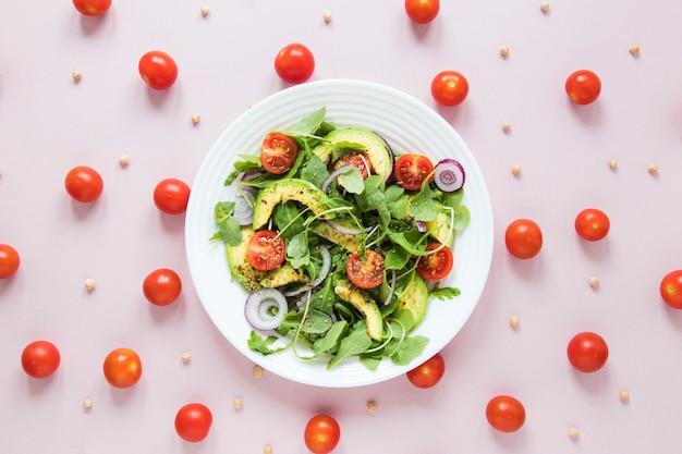 Arranjo de tomate cereja com tigela de salada