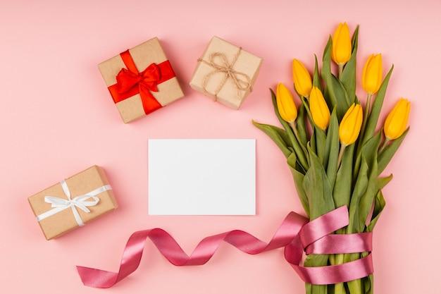 Arranjo de tulipas amarelas com cartão vazio