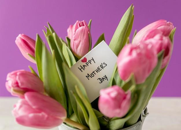 Arranjo de tulipas com cartão