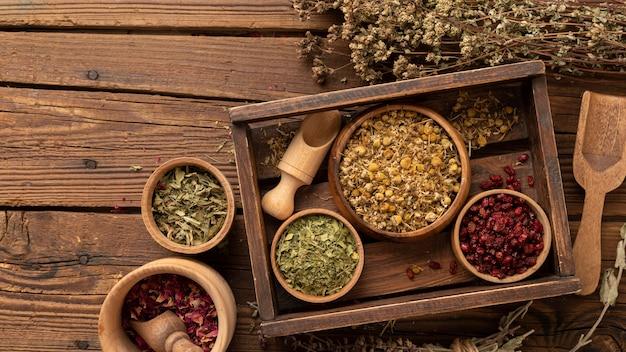 Arranjo de várias ervas naturais em uma caixa de madeira