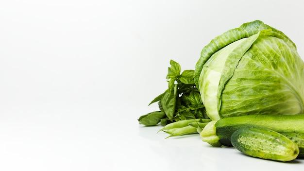 Arranjo de vegetais frescos verdes com espaço de cópia
