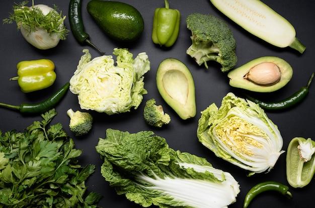 Arranjo de vegetais verdes e abacate