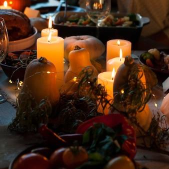 Arranjo de velas de ângulo alto na mesa