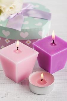 Arranjo de velas, flores e caixa de presente pastel