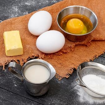 Arranjo de vista alta de ingredientes para padaria