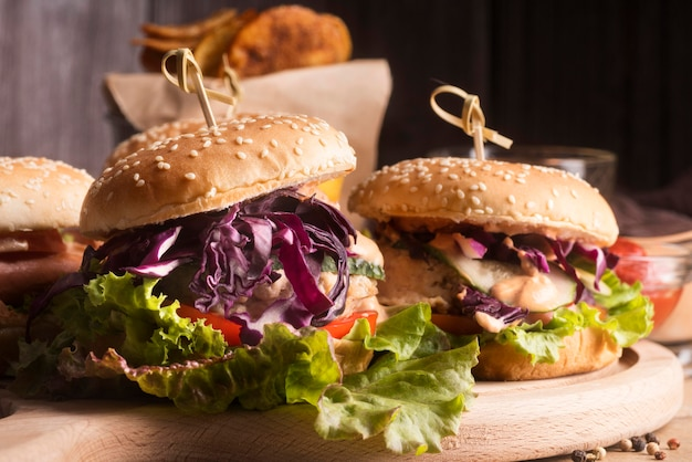Arranjo de vista frontal de hambúrgueres saborosos