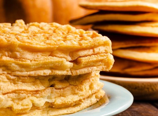 Arranjo de vista lateral com waffles em primeiro plano