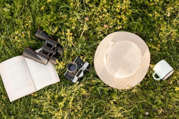 Arranjo de vista superior com a câmera na grama