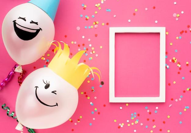 Arranjo de vista superior com balões e moldura