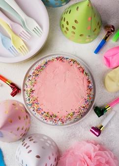 Arranjo de vista superior com bolo rosa e decorações