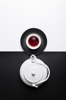 Arranjo de vista superior com bule de chá branco