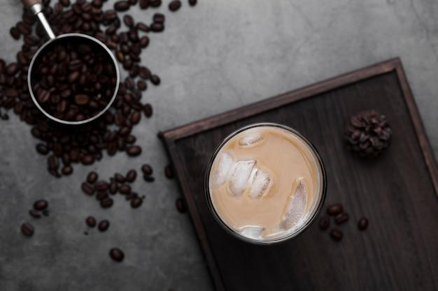 Arranjo de vista superior com café gelado e feijão