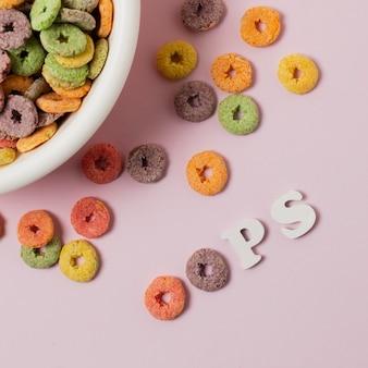 Arranjo de vista superior com cereais coloridos e letras