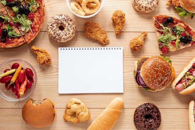 Arranjo de vista superior com comida e notebook