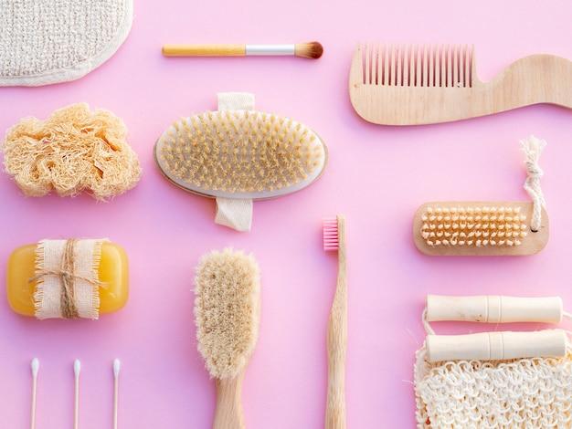 Arranjo de vista superior com escovas no fundo rosa