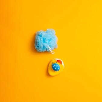 Arranjo de vista superior com esponja e brinquedo