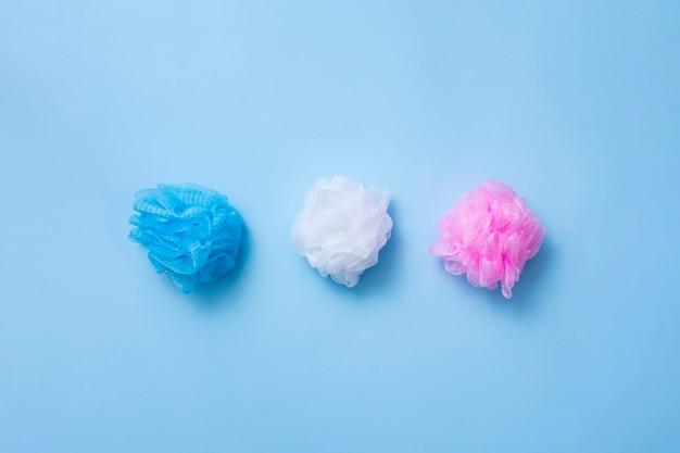 Arranjo de vista superior com esponjas de banho em fundo azul