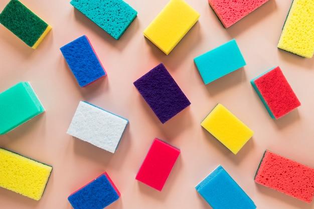Arranjo de vista superior com esponjas de limpeza coloridas