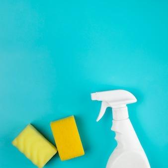 Arranjo de vista superior com frasco de spray e esponjas