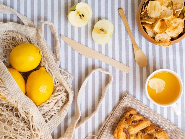 Arranjo de vista superior com frutas e pastelaria