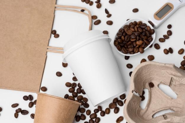 Arranjo de vista superior com grãos de café