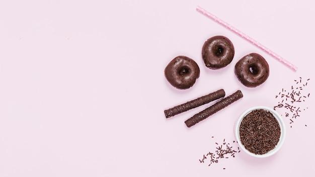 Arranjo de vista superior com iguarias de chocolate